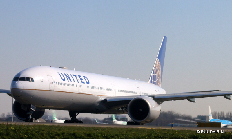 Boeing777 -300 United Airlines